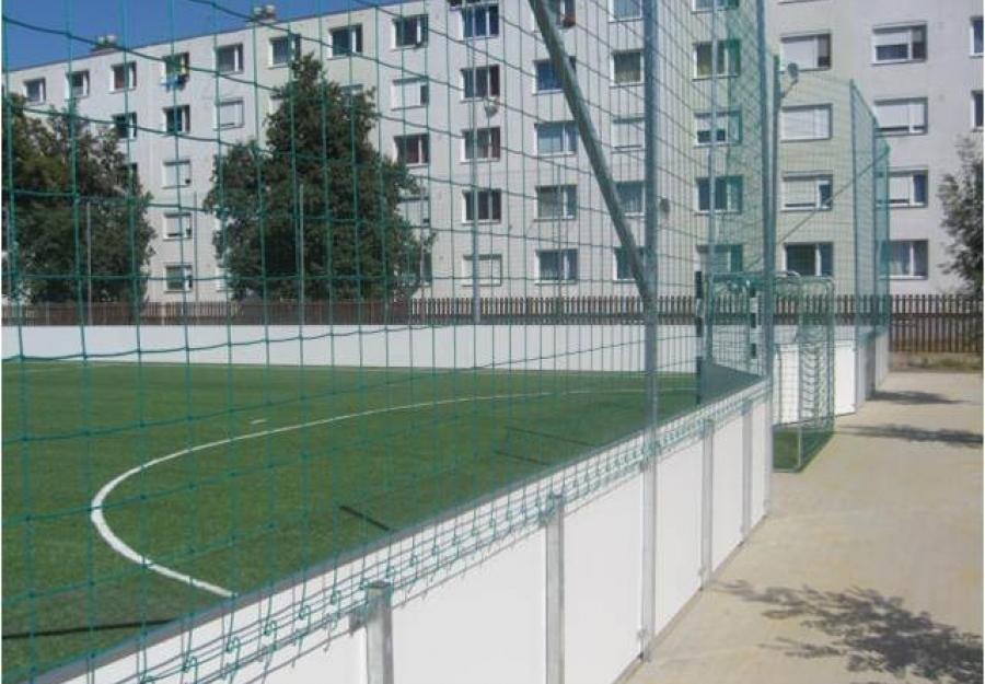 Futball pálya - MLSZ műfüves focipálya labdafogó hálóval