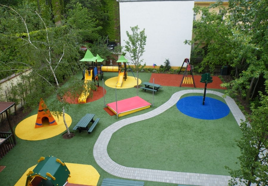 Játszótéri műfüves burkolat - Óvodaudvar igényes, többszínű műfű borítással