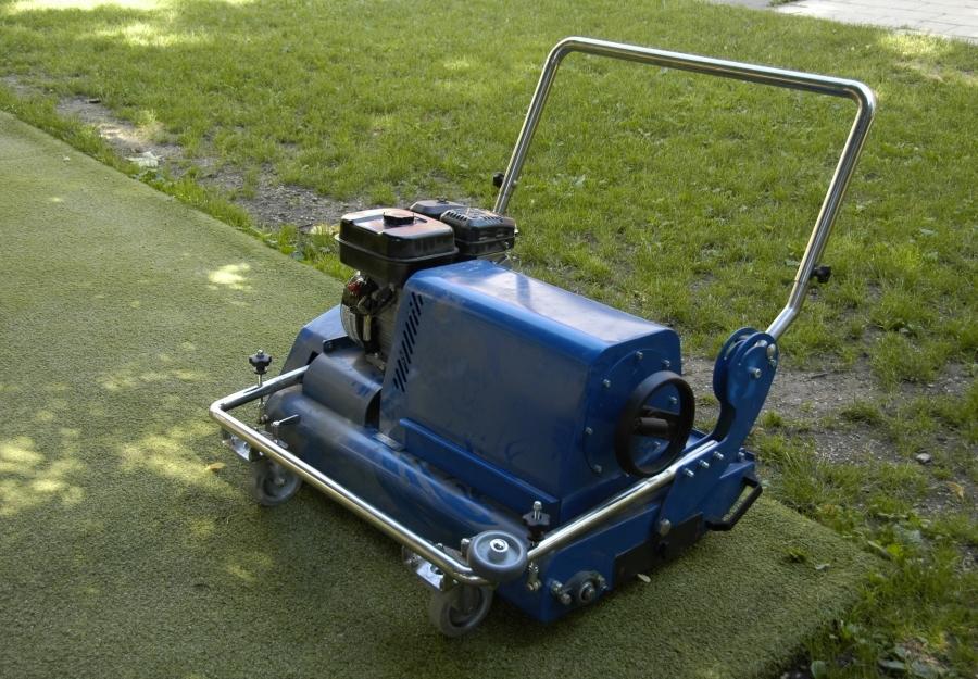 Műfüves sportpálya karbantartás - Műfű kefe használat előtt