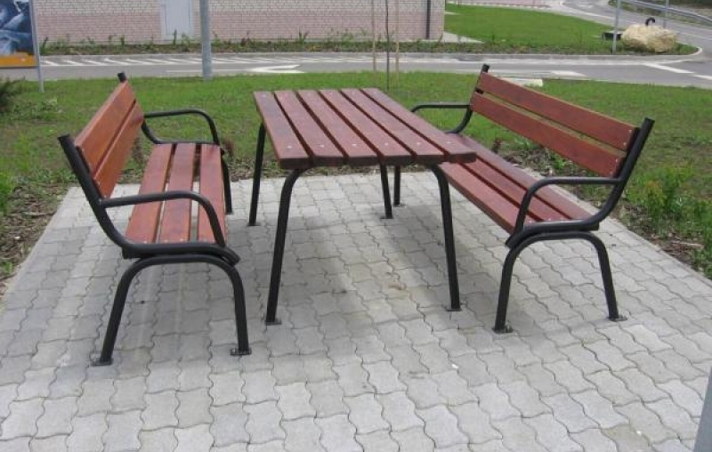 Park típusú csővázas asztal