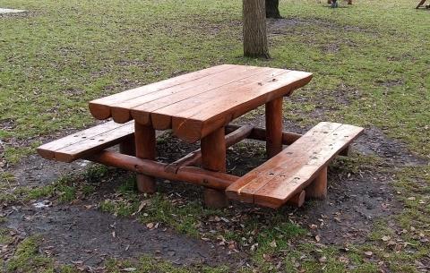 Asztal egybeépített két ülőpaddal