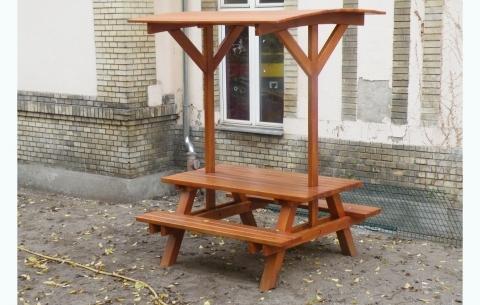 Asztal egybeépített két ülőpaddal, tetővel