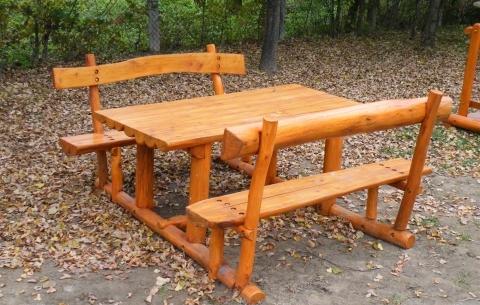 Asztal egybeépített két támlás ülőpaddal